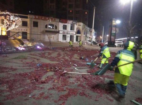 除夕夜期间环卫部门出动清扫作业人员约10800人