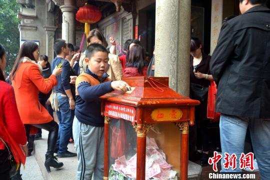图为一位小朋友现场为台湾地震灾区捐款。 林群华 摄
