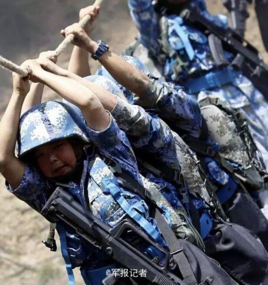 解放军特战女兵训练 泥潭中残酷摔打