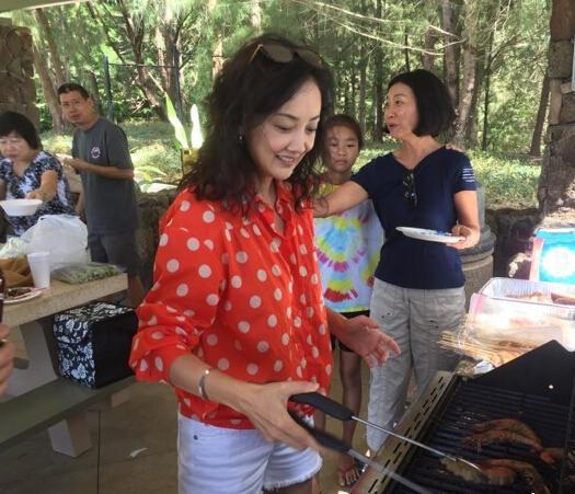 44岁牛莉一家野外游玩 富豪老公忙烧烤