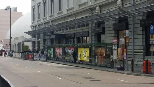 香港一巴士女乘客撞爆玻璃门险被抛出警方调查