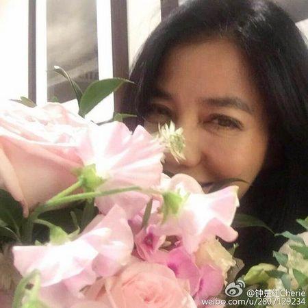钟楚红庆56岁生日花朵前甜笑留影(图)