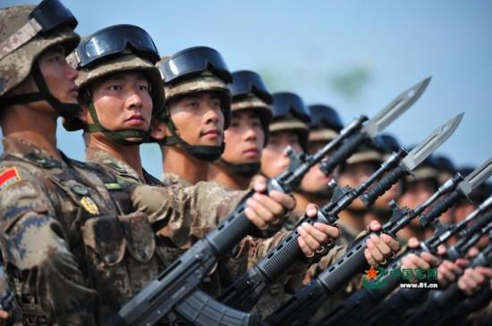 不再 清一色 各军种军服汇聚战区 组图图片