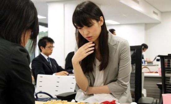 日本美女棋手网上走红 成宅男女神