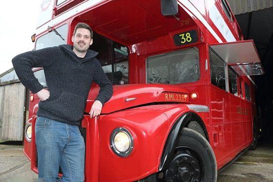 老爷车重焕生机:男子将旧巴士打造成移动酒吧