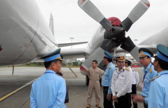 越南军方人员参观P3C巡逻机(网页截图)