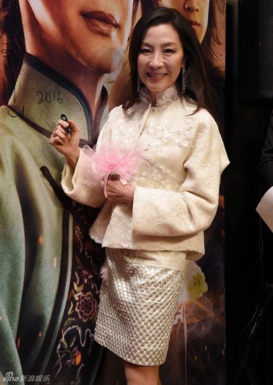54岁杨紫琼亮相曝海岛求婚记 笑称婚期将近晒甜蜜