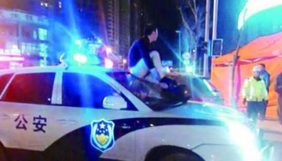 警车 女友 被拘留 拍照/爬警车拍照被拘留(图据网络)