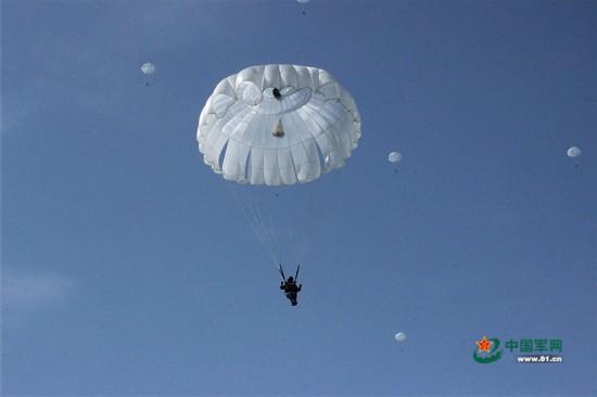 空降兵新员首次跳伞全记录:高空展翅亮铁拳