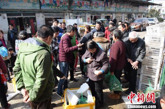 """武汉一市场螃蟹卖""""白菜价""""媒体报道后市民抢购"""