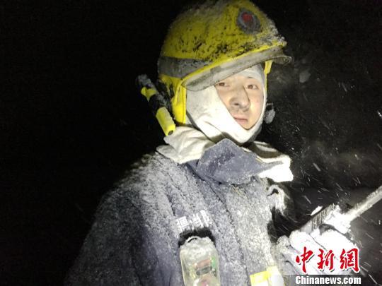 """新疆消防官兵零下20℃冒雪灭火被冻成""""铠甲冰人"""""""