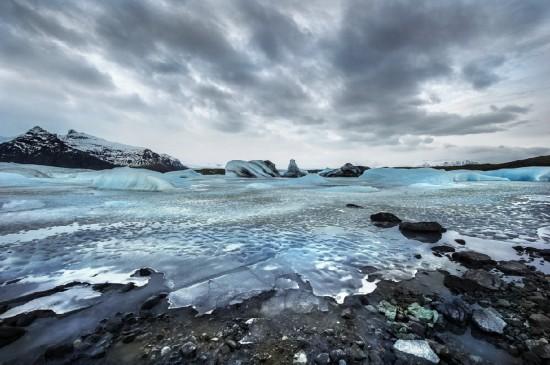 """黑火山灰沙滩遍布""""钻石冰块"""" 摄影师定格冰川湖美景"""