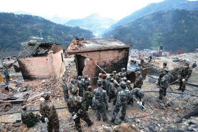救援人员在拆除危房。