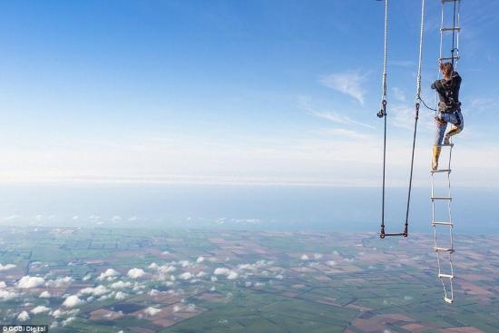 美女3000米高空玩倒吊破世界纪录 中途骨头脱臼仍坚持完成挑战让人敬佩(组图)