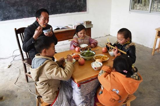 2月24日,陶朝雷老師與學生們一起吃午飯。