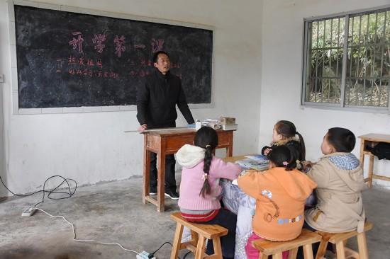 2月24日,陶朝雷老師給學生們上開學第一課。