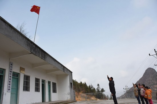 2月24日,陶老師帶領學生們向國旗敬禮。