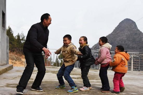2月24日,陶朝雷老師與孩子們在課間做游戲。