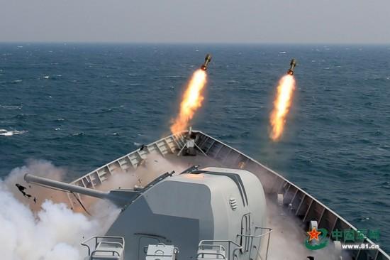 高清:中国海军舰艇编队奔赴南海 各武器实弹开火