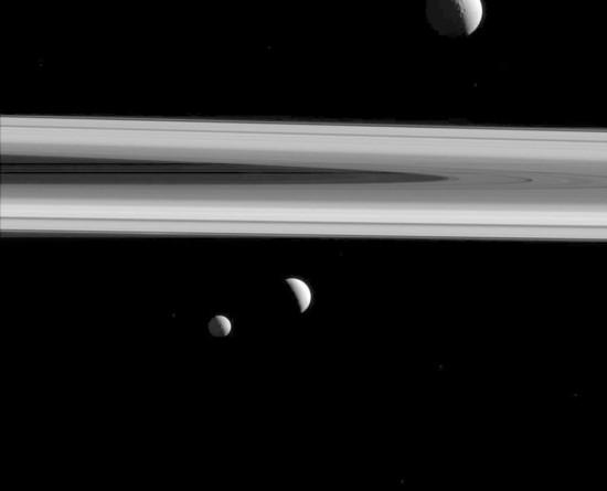 """卡西尼太空船拍摄土星卫星:三颗卫星""""一台戏"""""""