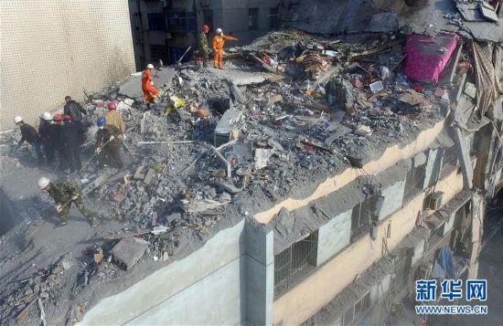 江西/2月27日,有关人员在清理坍塌事故现场。