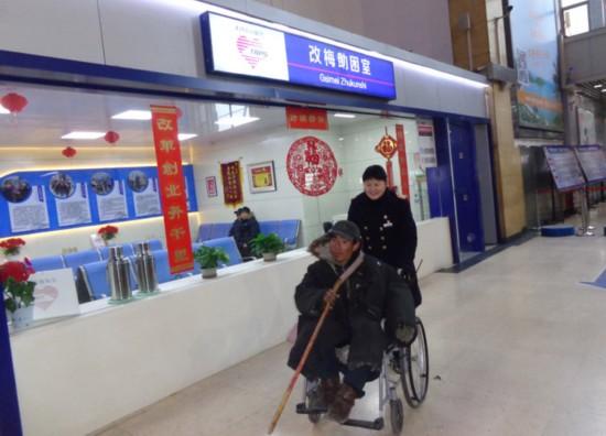 楊靜用輪椅送殘疾人劉國娃