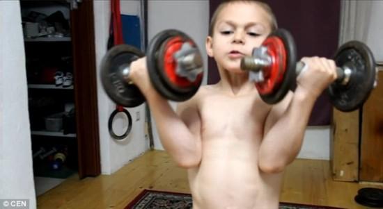 10岁男孩爱健身 腹肌胸肌样样有 组图
