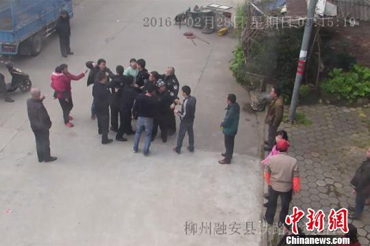 广西一家4人谩骂咬伤民警被拘
