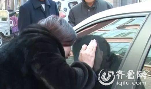 淄博一小區現神秘女子把轎車當家 吃喝拉撒都在車裡