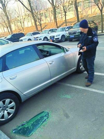 北京朝阳一停车场凌晨十余车被盗砸疑团伙行窃