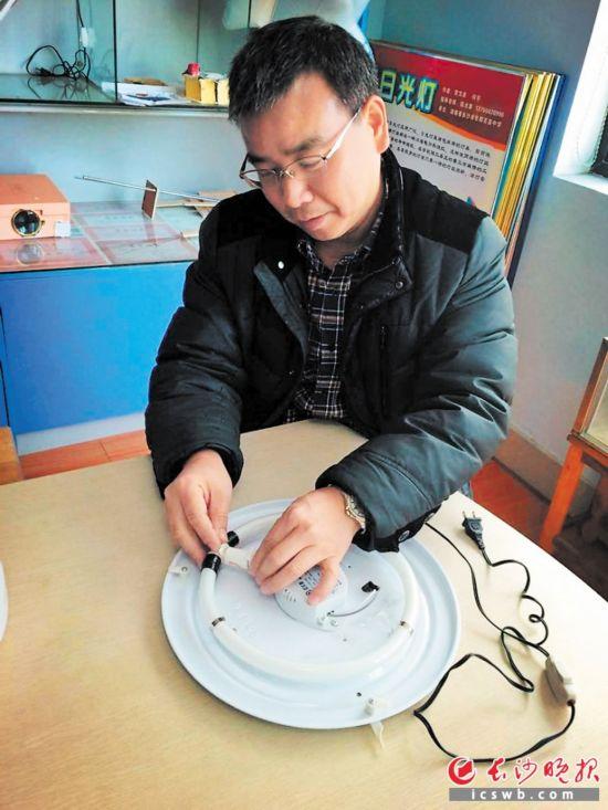"""长沙中学师生发明日光灯管""""增寿转接器"""" 将亮相巴黎"""