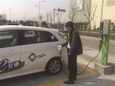 市民在给电动小汽车充电高清图片