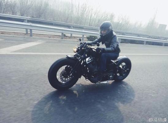 冯绍峰晒骑摩托照 网友吐槽高速上这样玩会带坏小朋友的