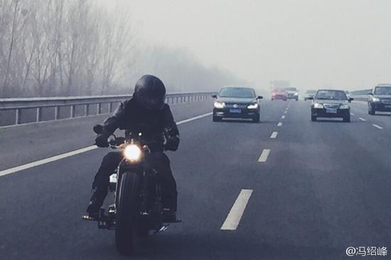 冯绍峰骑摩托驰骋 警V齐质疑:无牌