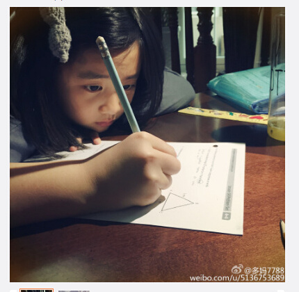 黄磊爱女趴桌上写作业母亲:能好好写作业吗(图)