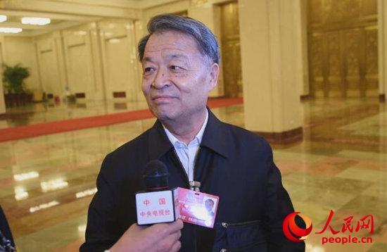 会议结束后,杨传堂部长被记者围堵在部长通道尽头。李婧摄影