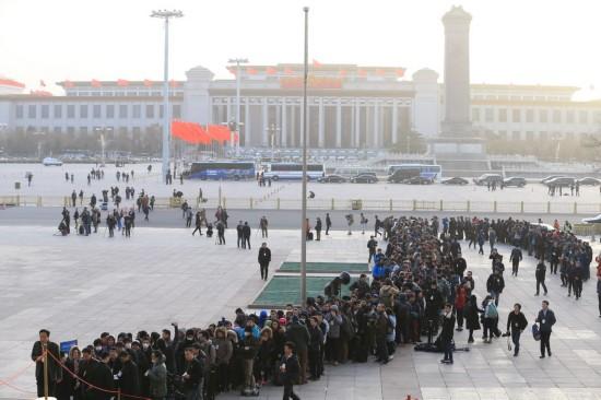 这是记者排队等候进入人民大会堂。新华社记者 邢广利 摄