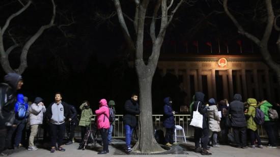 这是记者排队等候进入人民大会堂。