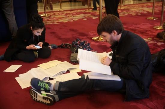 这是记者在人民大会堂内领到相关文件后抓紧阅读。新华社记者 才扬 摄