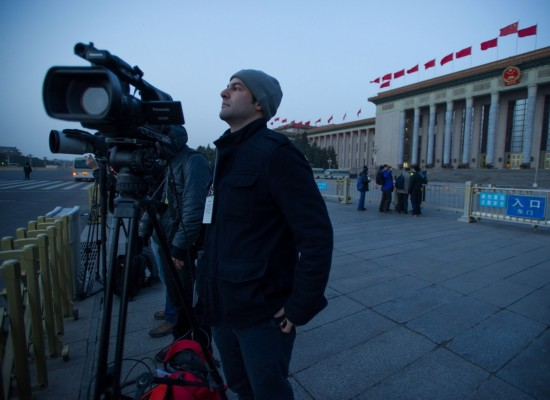 这是记者等候进入人民大会堂。