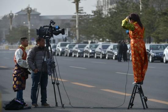 这是记者们在人民大会堂外现场报道。 新华社记者 彭昭之 摄