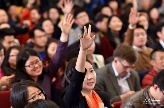 3月2日,在全國政協十二屆四次會議新聞發布會現場,女記者舉手爭取提問機會。(人民網記者 翁奇羽 攝)