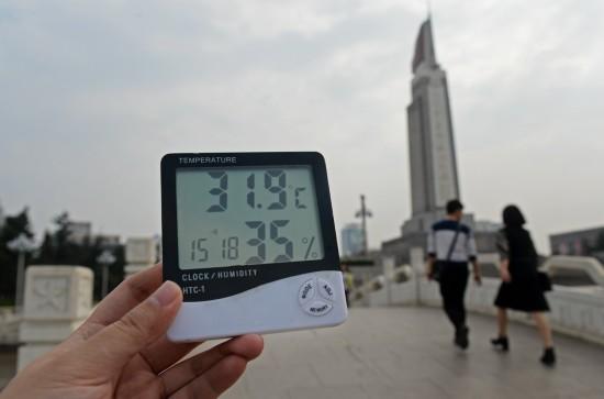 3月7日15时18分,在南昌市八一广场,电子温度计显示为31.9℃。新华社记者 万象 摄