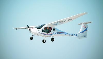 一架锐翔rx1e电动双座轻型运动类飞机在沈阳法库财湖机场上空飞行.