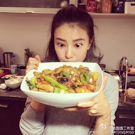 高圓圓捧菜肴樣子超萌網友:想吃女神做的菜(圖)