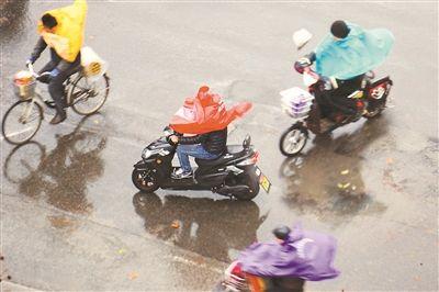 大风大雨袭击南京 市民撑伞出行举步维艰