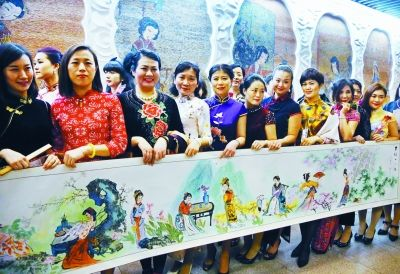 南京一地铁站上演旗袍秀 向市民倡导文明乘车