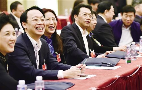3月8日,人大黑龙江代表团举行全体会议,审查计划报告和预算报告。代表们纷纷就如何推动经济转型升级,如何重整黑龙江经济雄风建言献策。本报记者 李景录摄