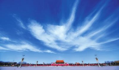 北京昨日晴空万里阳光明媚 天安门上空飘过雪白云朵