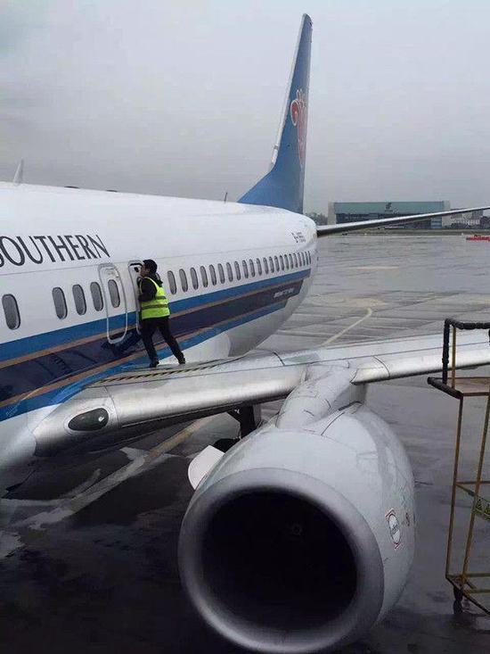 乘客拉开安全门